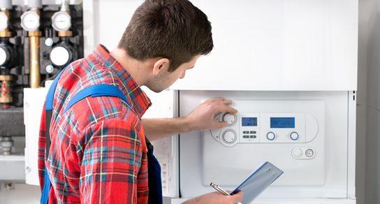 Arbeiter an Klimaanlage